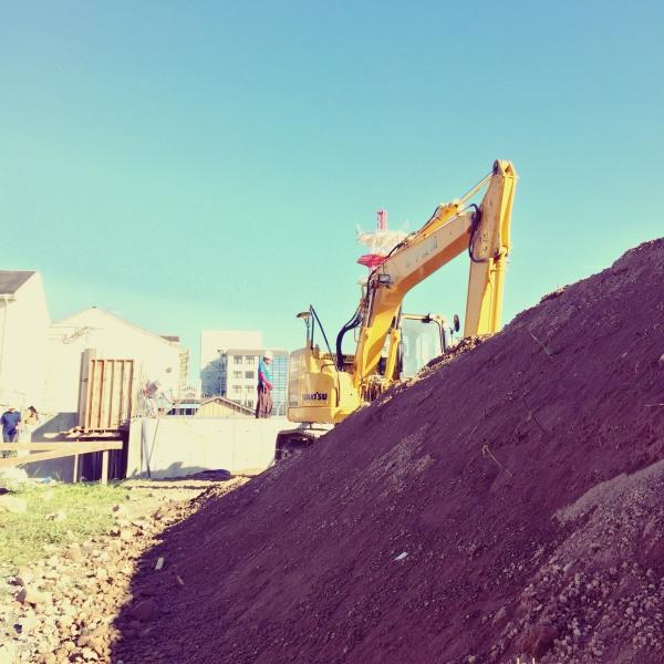 ユンボと埋戻し用の土砂