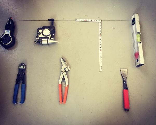 建築現場で使用する工具がならべられている