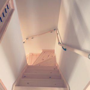 階段を上から眺める 90度に折れる階段