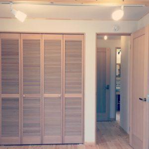 寝室クローゼット 扉はルーバータイプでレトロチック