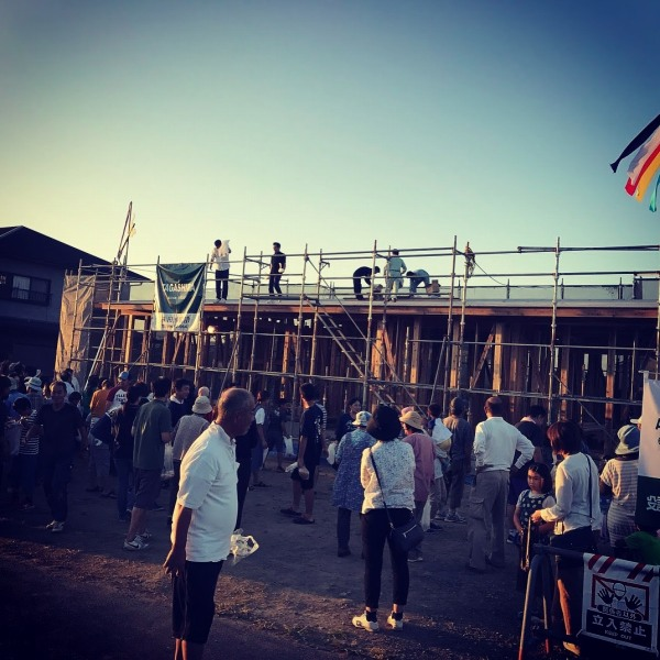 新築住宅上棟式もち投げ状況