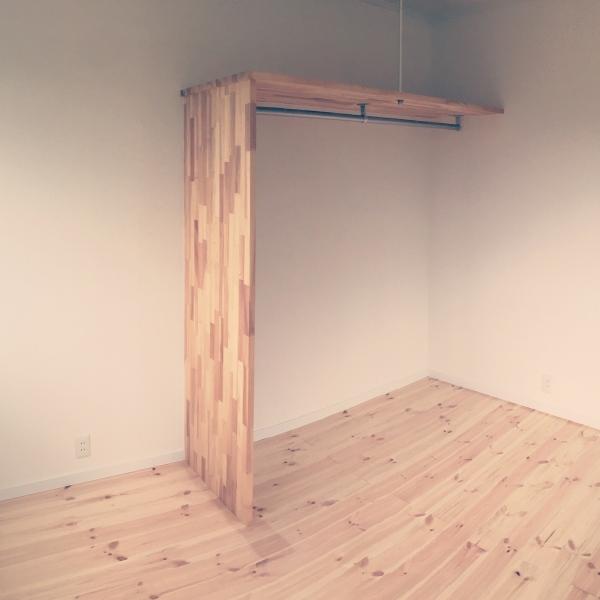 子供部屋の集成材によるシンプルなクローゼット